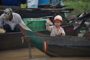 Hello - Hello - Hello! Unser Boot sorgt immer wieder fuer Aufregung unter den Kindern!