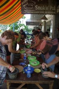 unsere Kochklasse - alle arbeiten ganz fleissig an der Vorbereitung der Kochzutaten