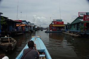mit dem Langboot durch die Gassen von Kompong Luong