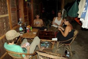 nach dem Abendessen wird mit den 3 deutschen Jungs noch Karten gespielt vor unseren Bungalows