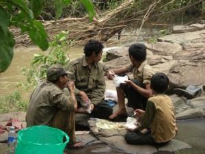Unsere Phnong Begleiter beim Mittagessen, deren Familie die Elefanten mit 3 weiteren Familien zusammen gehoerten