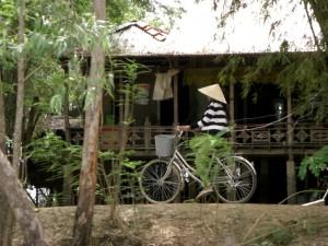 Das klassische Fortbewegungsmittel fuer die kilometerlangen, schmalen Daemme - natuerlich mit dem vietnamesischen Strohhut :-)