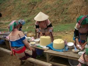 ...zur Staerkung zwischendurch die vietnamesische Nudelsuppe Pho, wobei die Nudel direkt vom Nudelteigblock (gelb) gehobelt werden...