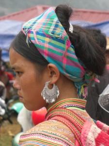 ...eine junge Frau mit schoenem Ohrenbehang...