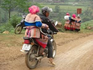 ...oder wenn man das Gemuese ganz gut verkauft hat, kann man sich sogar mal ein Motorradtaxi leisten :-).