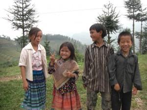 ... bei einer Pause am Weg waren wir sofort von den Kindern umringt, die uuuunbedingt fotographiert werden wollten :-)