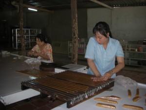 In der Kokosnussbonbonfabrik - vom Auspressen  der Kokosmilch bis zum Einpacken der Bonbons ist alles Handarbeit.