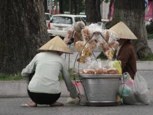 Trotzdem noch etwas originales Vietnam - die Strassenverkaufer mit den Essenskoerben