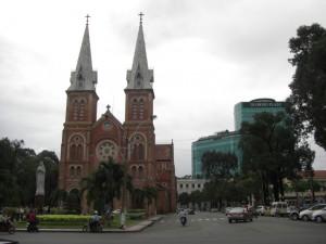 Die Kathedrale inmitten der hochmodernen Gebaeude im Wirtschaftszentrum des Wirtschaftswunders Vietnam...