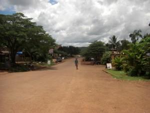 Hauptstrasse von Sen Monorom - links und rechts ein paar wenige Hostals und Cafes