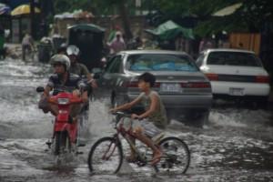 die ueberschwemmten Strassen stoeren hier niemanden - alle fahren trotz Regenfahrbahn