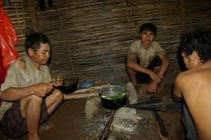 Die Phnong Familie beim Kochen