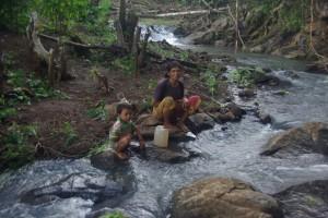 Die Farmerfamilien beobachten uns Auslaender beim Schwimmen