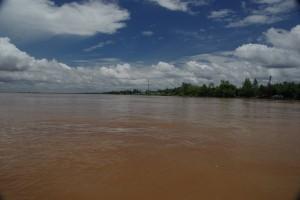Noch kurz am grossen Mekong, dann gehts in die Kanaele des Deltas