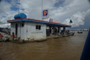 Bei so vielen Booten brauchts natuerlich auch eine schwimmende Tankstelle
