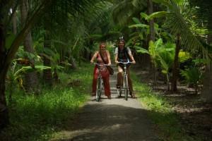Beim Fahrradfahren auf den verschlungenen Wegen der Plantagen im Delta