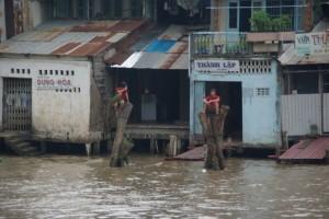 Zwei Vietnamesen beim Beobachten des Schiffverkehrs in My Tho
