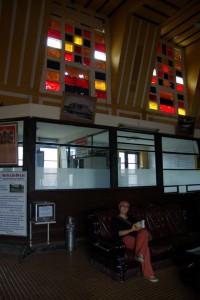 Der Wartesaal des Bahnhofs ausgestattet mit luxurioesen Ledersesseln fuer die Kolonialherren - und auch fuer Dani :-)