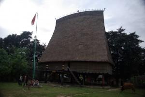 Das Rong Haus - der Versammlungsort in einem Bahnar Dorf.