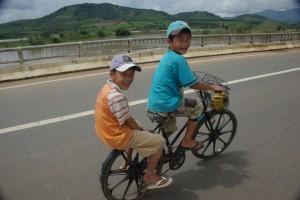... und vietnamesische Kinder mit dem Fahrrad am Weg nach Hause.