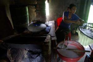 ...eine Reispapierfabrik - Reis wird zu einer Paste verkocht, wie ein Omelett gedaempft und dann getrocknet, wird zB fuer Fruehlingsrollen verwendet...