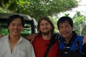 Abschied von unserem maessig engagierten Fuehrer Mr. Thai und dem sympatischeren Fahrer.