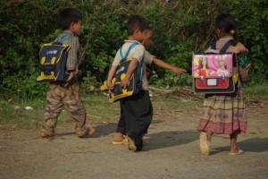 ...und da schimpft man noch ueber die UNO... sogar in diese Bergdoerfer werden Schultaschen fuer die Kinder geliefert!!