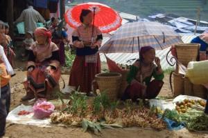 Marktfrauen in der bunten Blumen-Hmong Tracht sind ueberall - es gibt Gemuese...