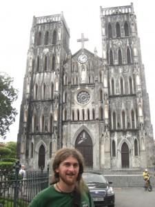 Alex vor einer franzoesischen Kathedrale :-)