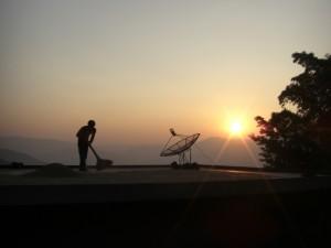 und dann geht es Richtung Sonnenuntergang - die Dorfbewohner arbeiten noch am Trocknen des Getreides auf den Hausdaechern