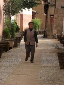 Alte Strassen von Shaxi - die alten Leute sind dem traditionellen Maodress noch ganz treu!