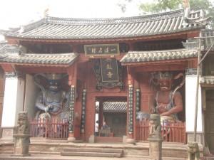 Der alte Tempeleingang mit den Tempelwaechtern - die Figuren sollen vor boesen Geistern schuetzen, leider hat das bei den Jugendlichen der Kulturrevolution nicht funktioniert...