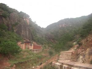 Der Weg zur Bergkette ist gesaeumt von wunderschoenen Felsentempeln...