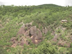 Gegenueber ein kleinerer Tempel - der Weg ist in den Felsen gehauen - wer findet ihn :-)...