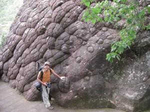 ... der Tempel umschliesst die Steinglocke genannte heilige Felsformation - man glaubt es nicht, alles natuerlich