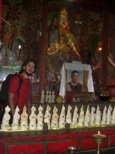 Die Butterskulpturen als Opfergaben neben dem Bild des Lamas und des Buddha