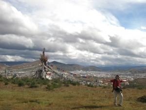 Die Stupas (tibetische Heiligtuemer) mit den Gebetsfahnen sind ein Traum - schoener und stimmungsvoller kann die Aussicht auf die Stadt gar nicht mehr sein