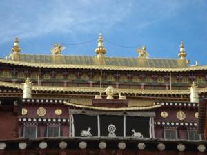 Die wunderschoene Frontansicht des Klosters mit den buddhistischen Symbolen