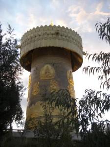 Der Tempelberg, der die Stadt beherrscht mit ueberdimensionaler Gebetsmuehle