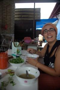Hmmm, die vietnamesische Nudelsuppe Pho direkt in der Marktkueche