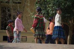 Schulkinder nach der Schule beim Seilhuepfen - Hmmm, diese Fremden schauen irgendwie komisch aus... :-)