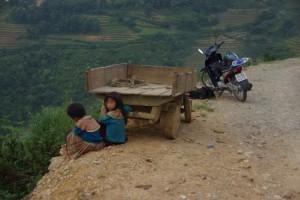 Nach einem Ratscher mit diesen netten Maedels an der chinesischen Grenze ist Alex dann wieder Zurueckgefahren.