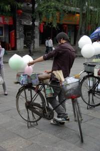 Cool eine Zuckerwattemaschine direkt mit dem Fahrrad betrieben - sehr kreativ!!