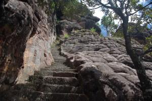 KAum zu glauben wie geschickt der Weg in den Felsen geschmiegt wurde