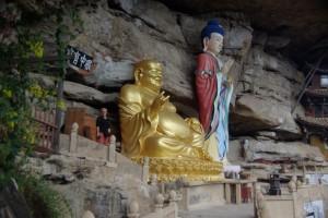 Riessige Buddhafiguren - wer findet Dani :-)