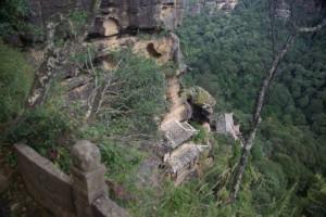 Extrem steile Wege zwischen den Tempeln, die in kleine Felshoehen in einer ueberhaengenden Wand gebaut wurden