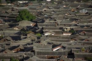 ...wunderschoen am Abend und von oben, die Daecher von Lijiang.
