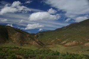 Die Landschaft ums Kloster kann schoener nicht sein - und ueberall Yaks :-)