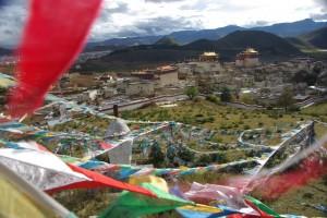 Der Blick von der Stupa auf das Kloster - eingeramt von Gebetsfahnen