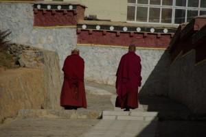 ...zumindest von aussen wirkt alles ziemlich iduellisch - tibetische Moenche bei der abendlichen Kora.